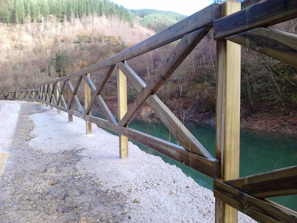 Cercado madera valla con postes de madera mini cercado - Cercado de madera ...